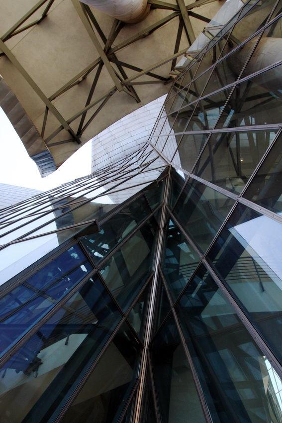 Apontamento sobre as paredes em vidro suportadas por estruturas metálicas