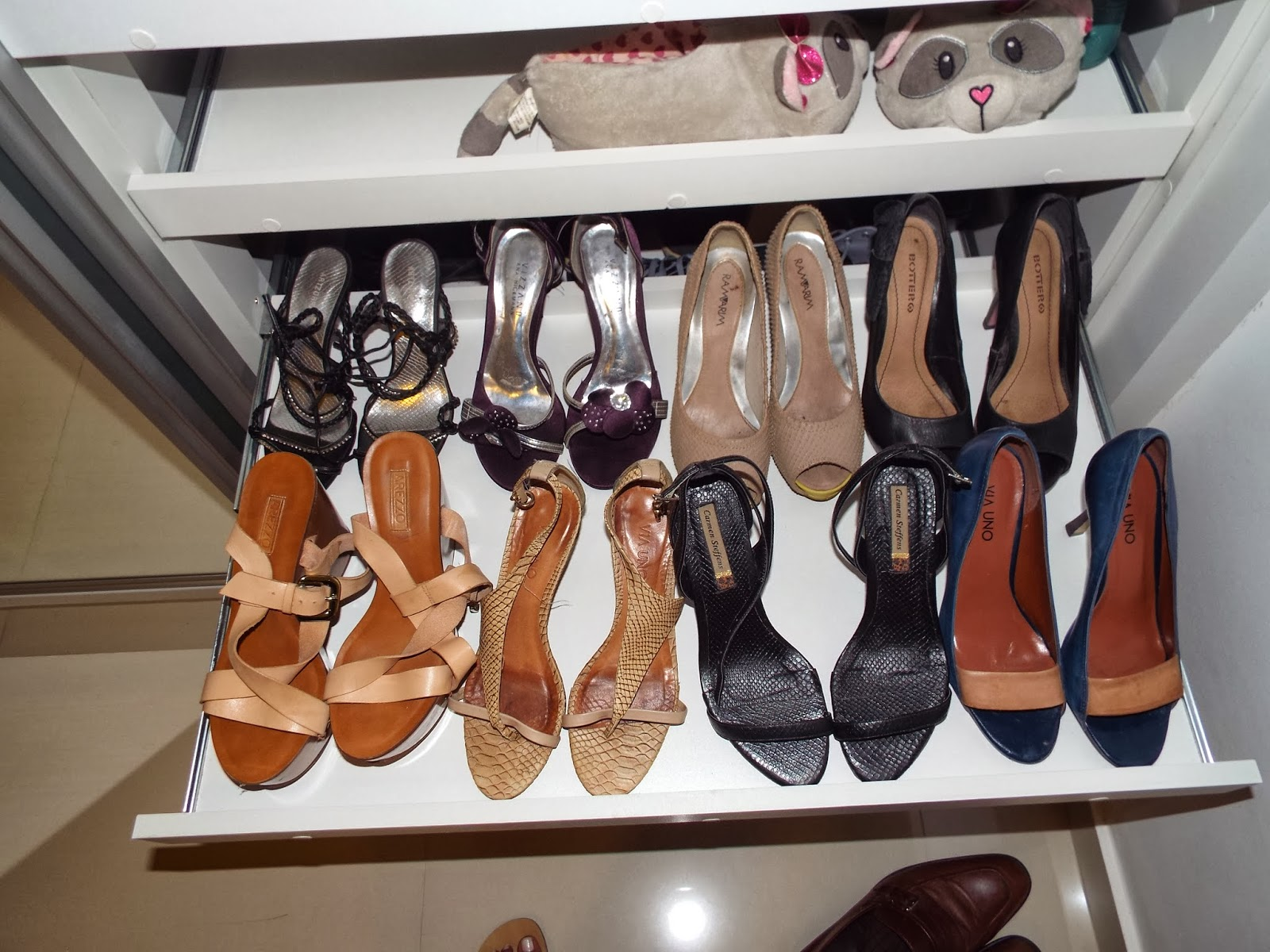 mas essa permite a organização de um número maior de sapatos #75432C 1600 1200