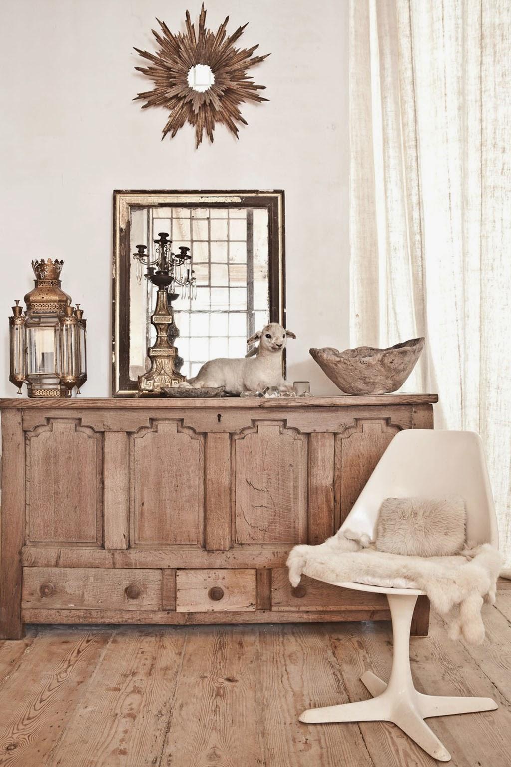 Eklektische Einrichtung zwischen Antiquitäten und Designklassikern in Brüssel