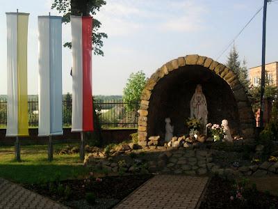 Grota Matki Bożej przed kościołem w Podłężu