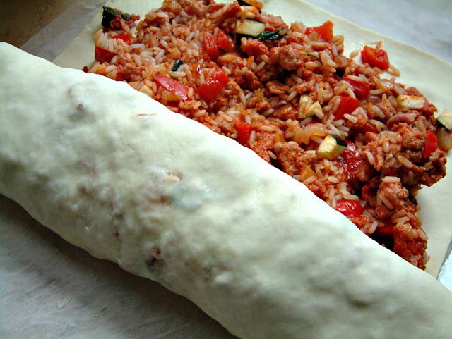 Kulebiak z indykiem, ryżem i warzywami oraz sosem pomidorowo - bazyliowym. Porcja ok. 600 kcal