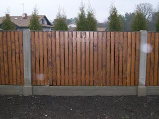 Деревянный забор с каменной столбами. Фото 26