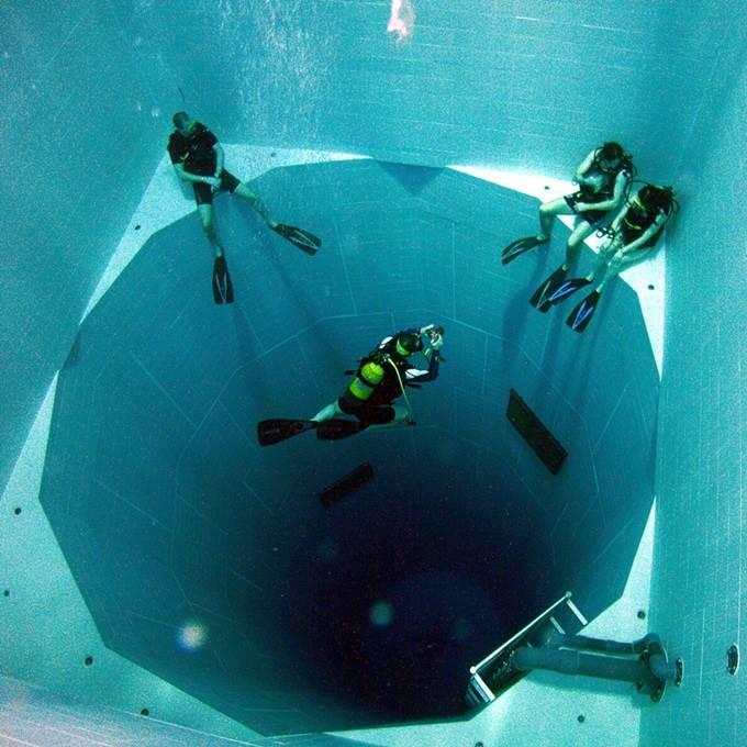 penyelam menyelam dalam kolam renang