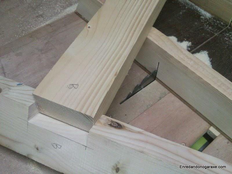 Ajustando el poste en la caja de la base. Enredandonogaraxe.com