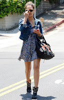 Jessica Alba gives a finger to paparazzi