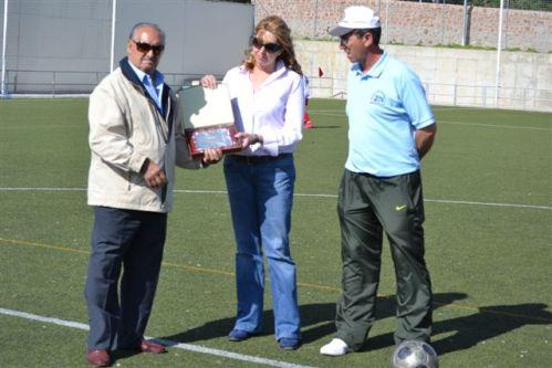 Deportes vila f tbol la zona norte entreg una placa a for Piscina zona norte avila
