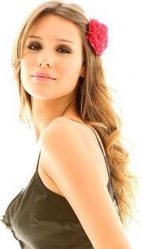 Pampita con flor roja en el cabello