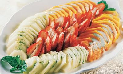 Salada de frutas light com molho de iogurte e hortelã