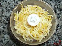 Bolitas de pollo con queso-añadiendo queso