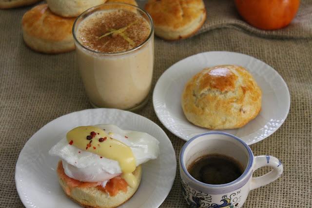 american breakfast: eggs benedict con kaki smoothie, scones ai frutti rossi e na' tazzulella e' cafè