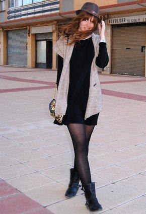 Vestido negro y botas cafe