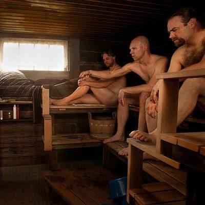 miehet saunan lauteilla