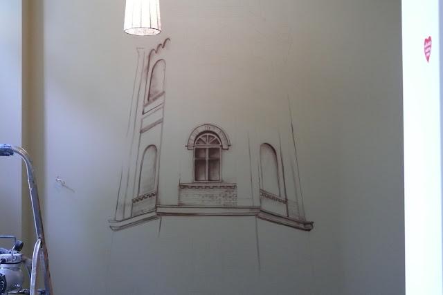 Malowanie obrazu na ścianie w przedpokoju, motyw architektoniczny w malarstwie