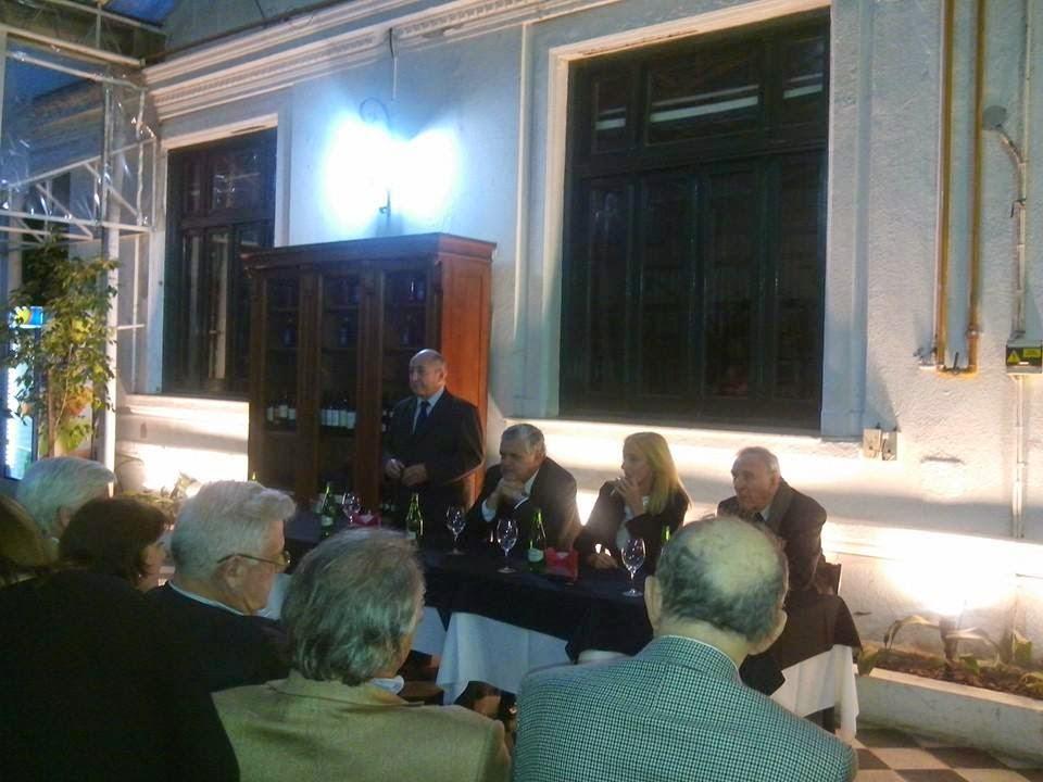 Sentados derecha a izquierda en el estrado: Armando Ribas, Elena Valero Narváez, Ricardo López Murphy y Álvaro Luis Alsogaray dirigiendo unas palabras al auditorio.