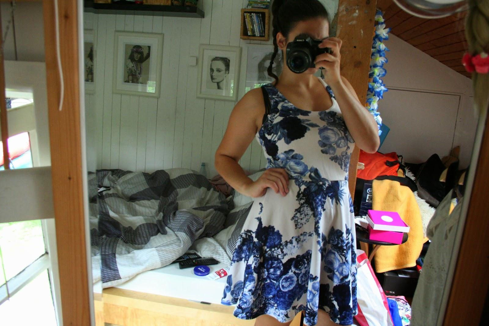 Weibes kleid blaue blumen