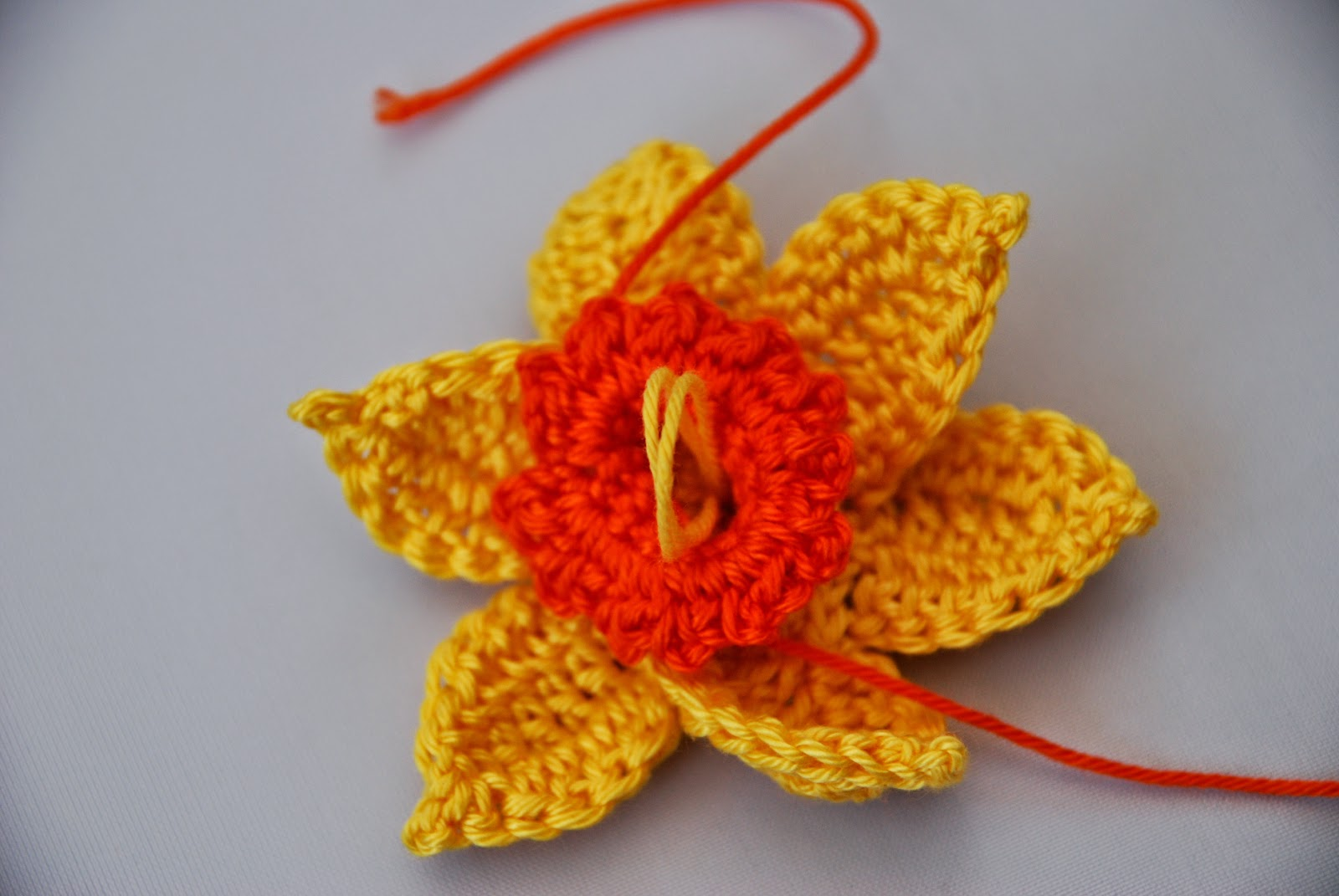 Crochet Daffodil pattern and tutorial: image of loops in centre of flower