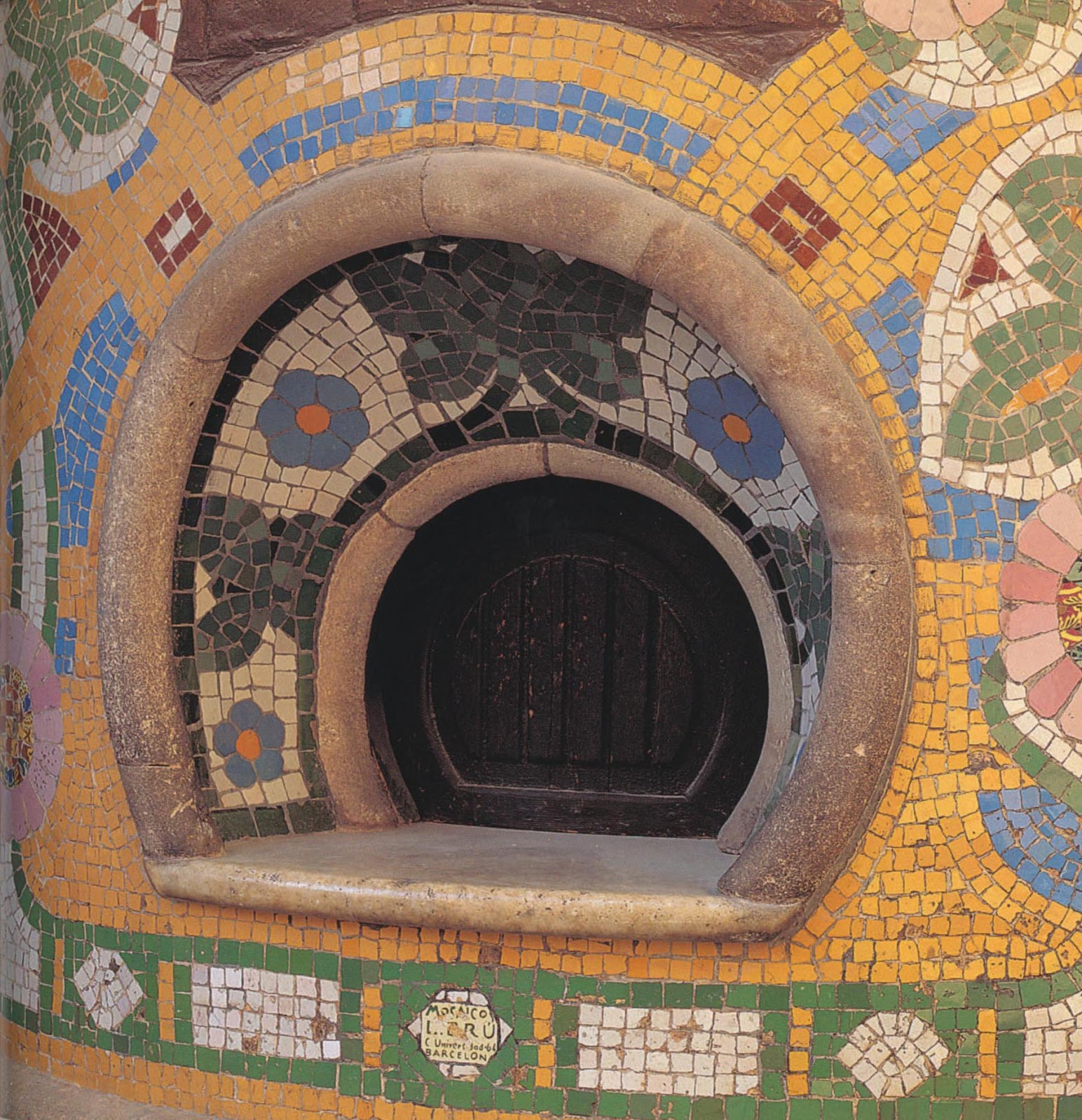 Antoni gaudi barcelona and the modern mosaic for Modernisme architecture definition