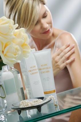 Aloe Propolis Crème là một hỗn hợp bao gồm gel lô hội ổn định và sáp ong giàu dinh dưỡng