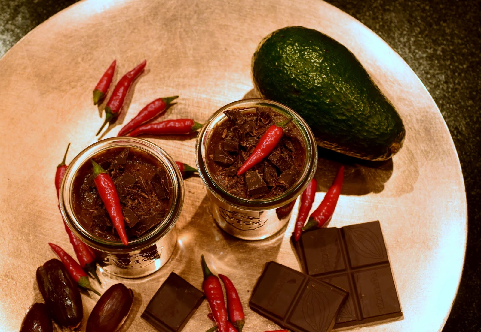 Schnelles einfaches Rezept Healthy Chili-Mousse-au-Chocolat mit Avocado Datteln Chili