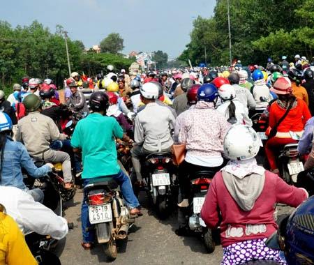 Hàng trăm người chặn quốc lộ 1A 'do hiểu nhầm'