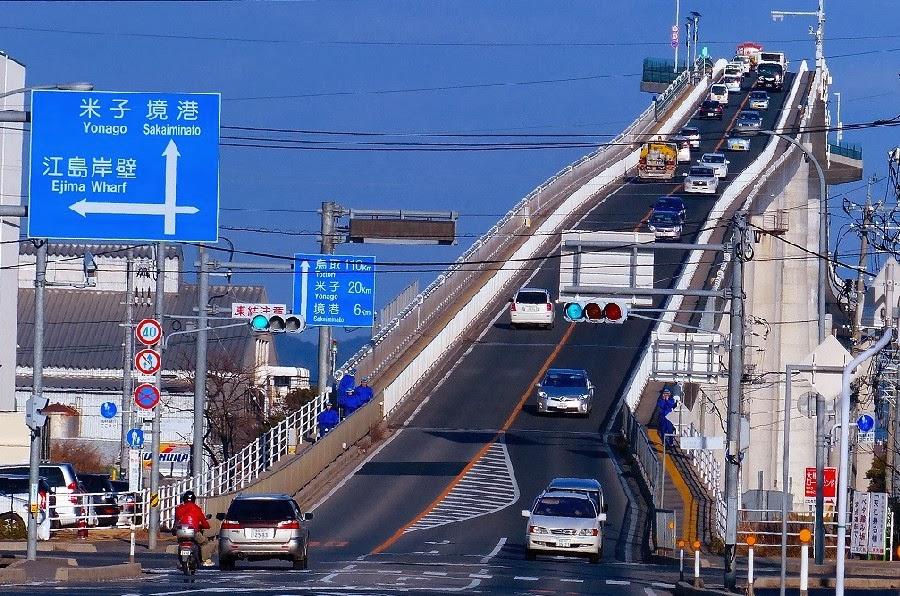 「ベタ踏み坂」人気 江島大橋、ダイハツCMで ∥ 米子鬼太郎空港からクルマで15分です。