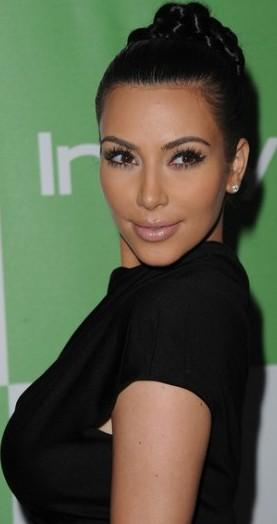 Kim Kardashian con bello peinado y ojos deslumbrantes