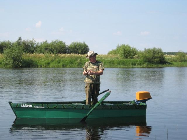 Самодельная лодка, которая была построена с помощью разнообразных инструментов