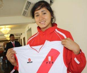 Vivian Baella mostrando camiseta peruana