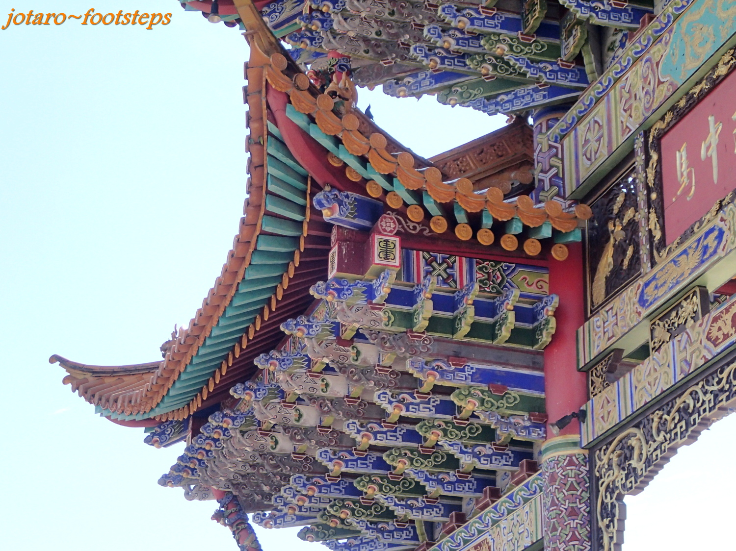 A Closer Look At The Roof Of This Side Entrance Gateway Show That It Is Actually Three Roofs Bottom Has An Impressive Chinese Architecture
