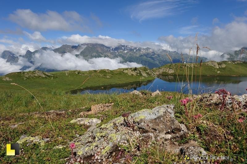 Le Lac Noir au dessus de l'alpe d'huez  photo blachier pascal