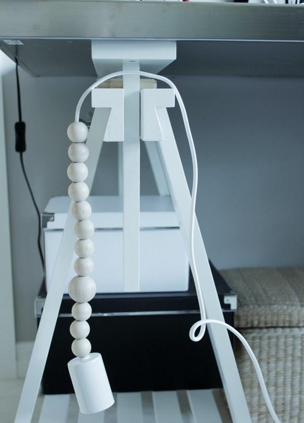 lampa, tygsladd till lampa, lampa med träkulor på tygsladden, vitt och trärent, bockar från ikea, vita och svarta arkivboxar, papplådor