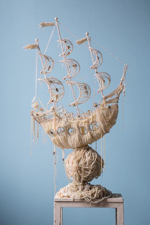 Galeones creado con técnicas mixtas que incluyen collares de perlas, broches y tiaras por Ann Carrington
