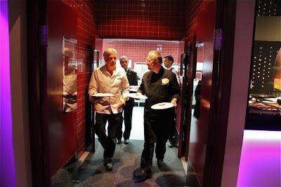 Neven Pelicaric y Pedro Larumbe salen de la cocina con los platos. Blog Esteban Capdevila