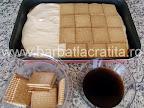 Prajitura Deliciu cu blat din nuca si crema preparare reteta - asezam biscuitii inmuiati in cafea