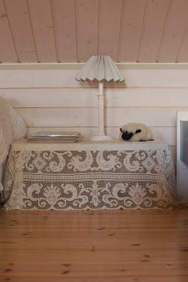 Muonamiehen mökki - Pitsiliinalla peitetty yöpöytä