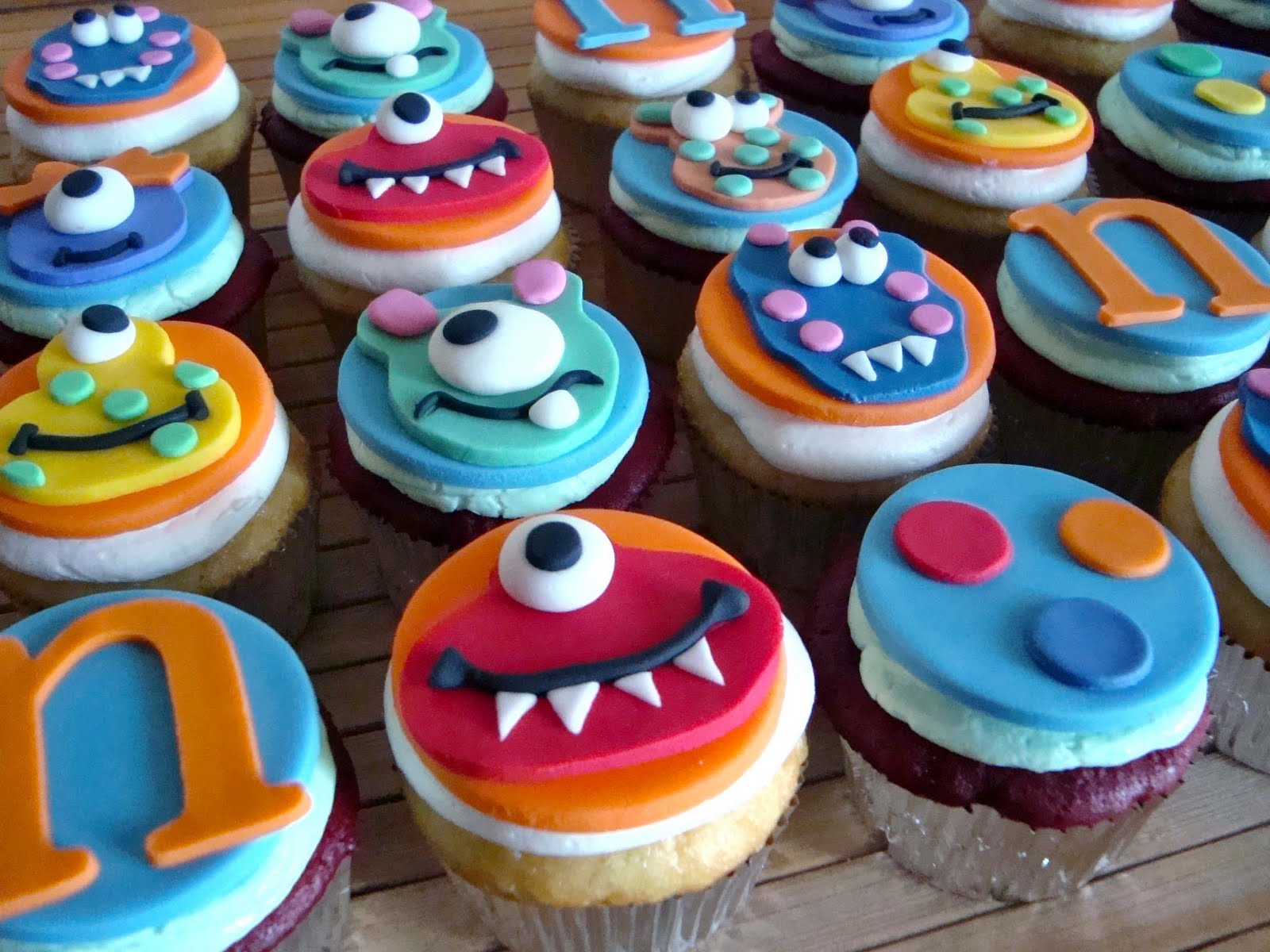 Cake Decorated With Cupcakes : Sugar Butter Baby: (Lil ) Monster of a Birthday
