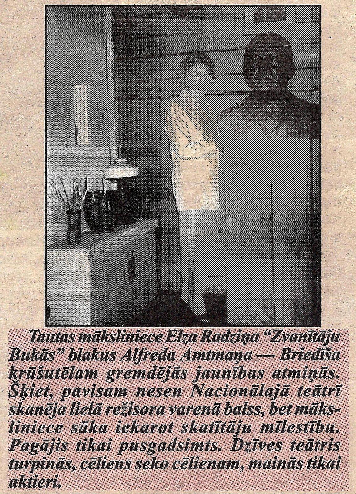Elza Radziņa 1998. g. 5. augustā ,, Zvanītāju Bukās '' pie Alfreda-Amtmaņa Briedīša krūšutēla