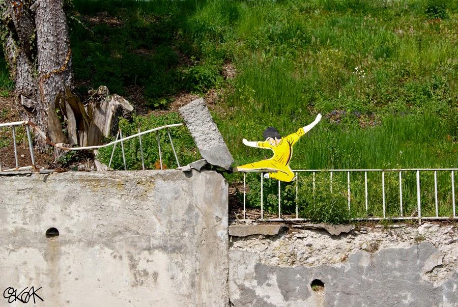 04-Bruce-Lee-2-OakOak-Street-Art-Drawing-in-the-City-www-designstack-co