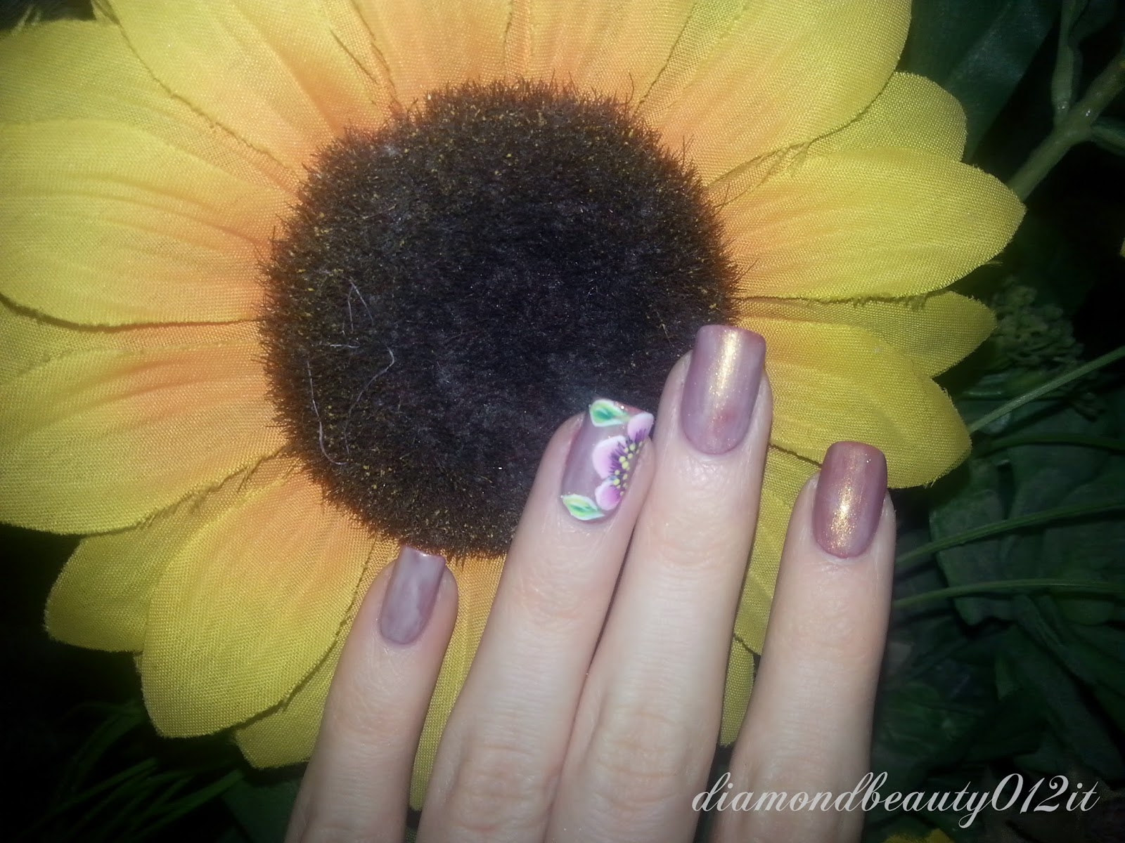 accent manicure beige e marrone con fiore