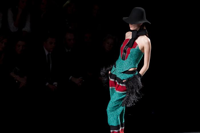 Traje 2 piezas verde con top palabra de honor y guantes puños de plumas de avestruz desfile pasarela ANA LOCKING MBFWM Madrid colección American Landscape
