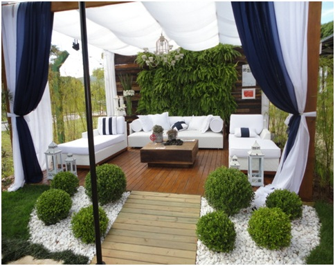 Terrace with vertical plants white furniture garden for Terrace garden plants