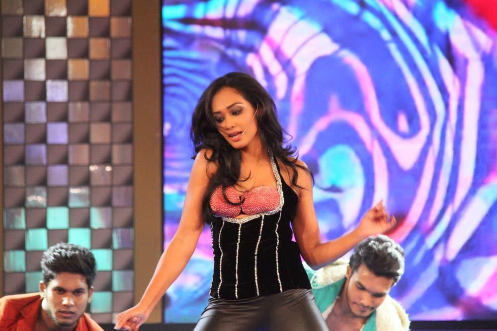 Yureni Noshika wide dance