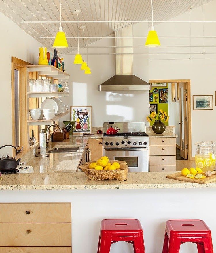 cozinha com detalhes amarelos