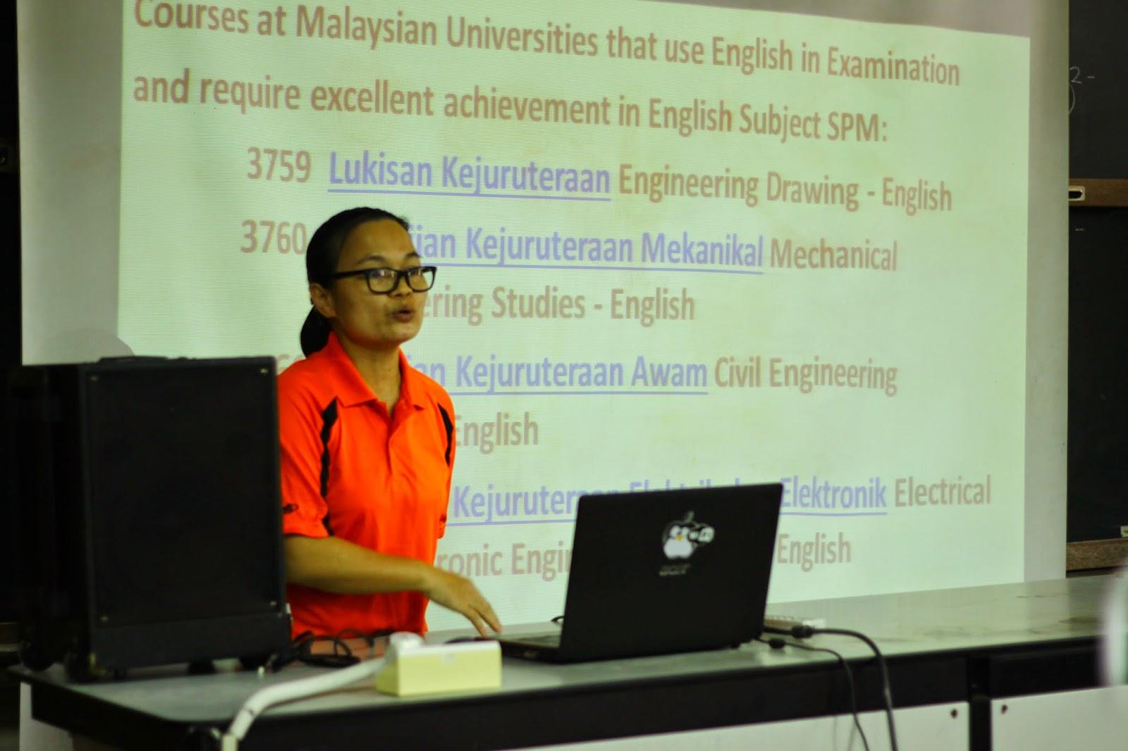 Cikgu Dina Uyo berkongsi rahsia kejayaan beliau dengan peserta Kem Kimia