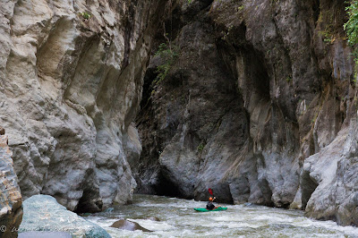 Jared Page entering the canyon, colombia, junambu, Chris Baer