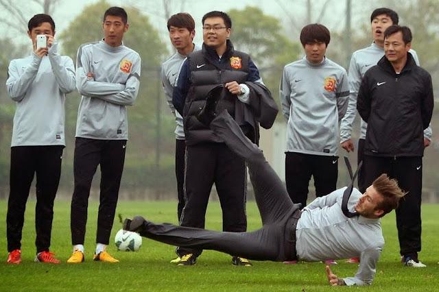Дэвид Бэкхем упал во время демонстрации штрафного удара китайским футболистам в городе Ухань