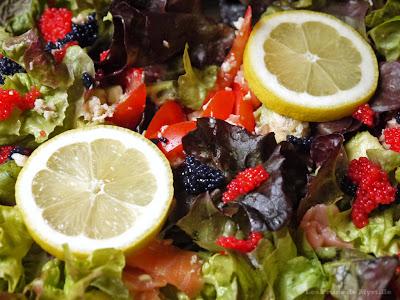 Salade aux deux saumons, à la tomate et à l'avocat (voir la recette)