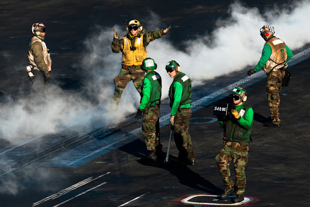 Porta-aviões (M570 - 43PM/2011)  U.S.-Navy-photo-by-Mass-Communication-Specialist-3rd-Class-Benjamin-Crossley1