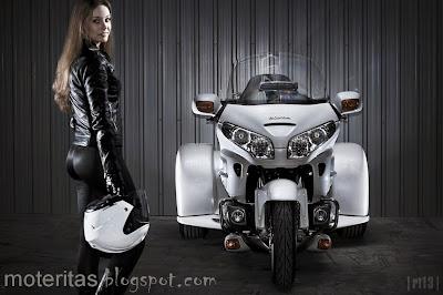 Honda-Goldwing-Saddlebag-babe-touring-bike-motorcycle-wallpaper