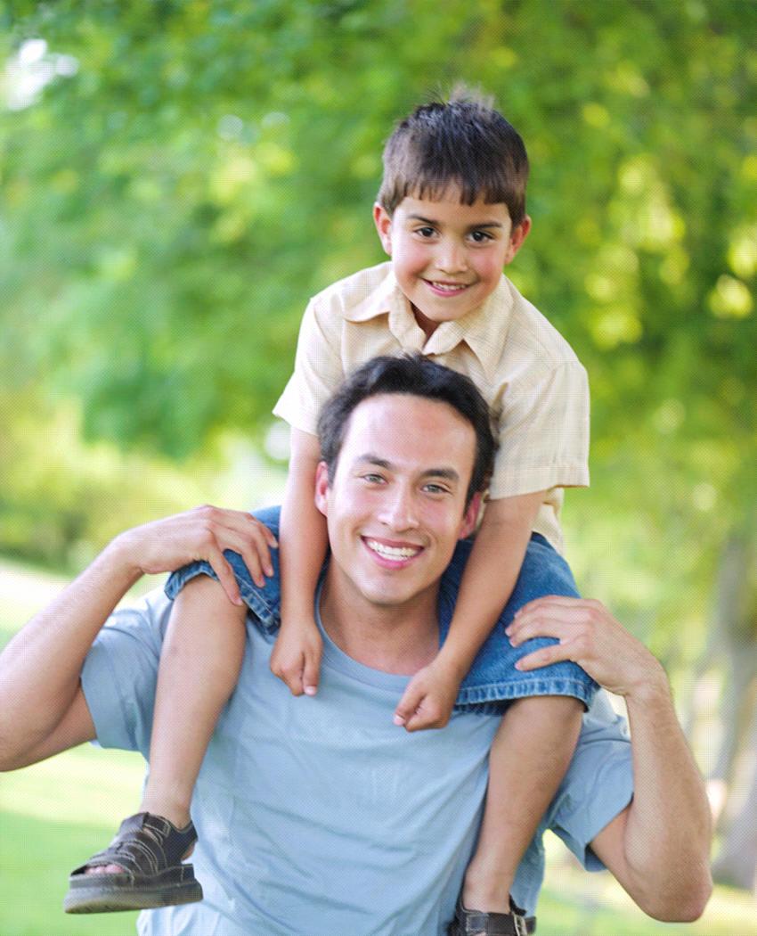 Papa haciendo malabares con su hijo